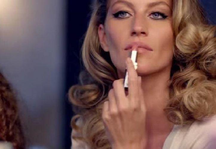 Gisele Bundchen, con 20 años en la industria del modelaje, aparece con su hija en el nuevo video sobre el perfume Chanel no. 5. (Captura de pantalla de YouTube)