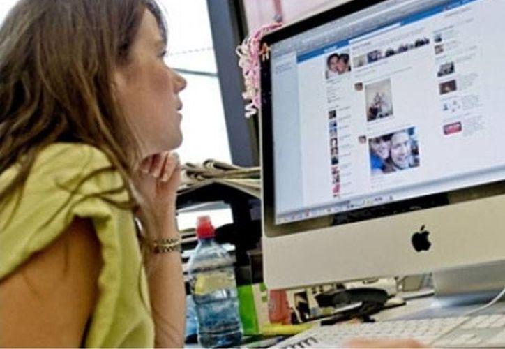 La pirata informática indicó que es necesario desinformar a las redes sociales, por ejemplo Facebook, respecto a datos como la fecha y lugar de nacimiento. (diariouno.com.ar)