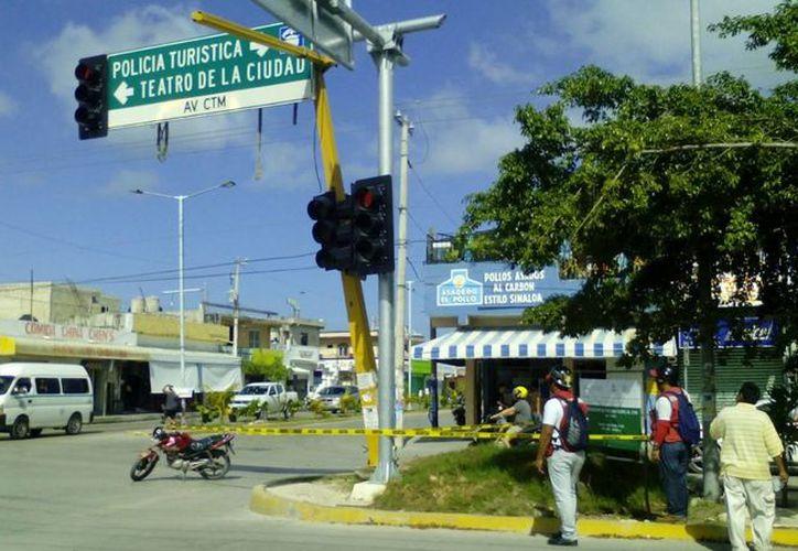 El sábado pasado un semáforo viejo se desprendió de su base en Playa del Carmen. (Adrián Barreto/SIPSE)