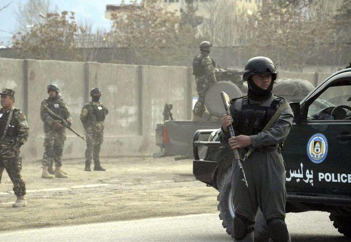 Miembros de las fuerzas de seguridad afgana rodean una casa en Kabul, atacada por grupos talibanes. (EFE)
