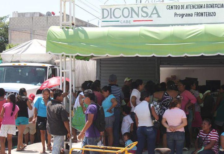 Desde el lunes pasado cientos de personas acuden a la tienda Diconsa para obtener una ficha que les permita obtener la Tarjeta Sin Hambre.  (Carlos Calzado/SIPSE)