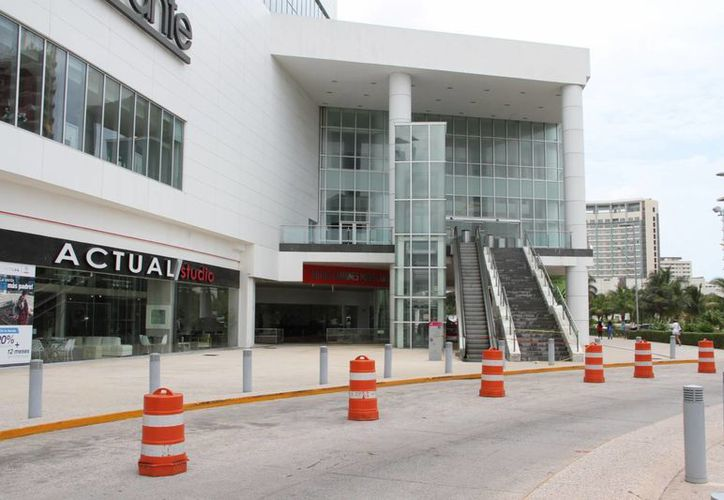 El lunes pasado se desplomó parte del plafón de la plaza Las Américas. (Tomás Álvarez/SIPSE)