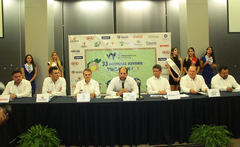 Directivos del torneo, autoridades del Deporte, así como los presidentes del Club Campestre y de la Asociación de Tenis, en rueda de prensa. (Novedades Yucatán)