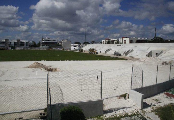 Continúan las reparaciones en el centro deportivo Mario Villanueva. (Octavio Martínez/SIPSE)