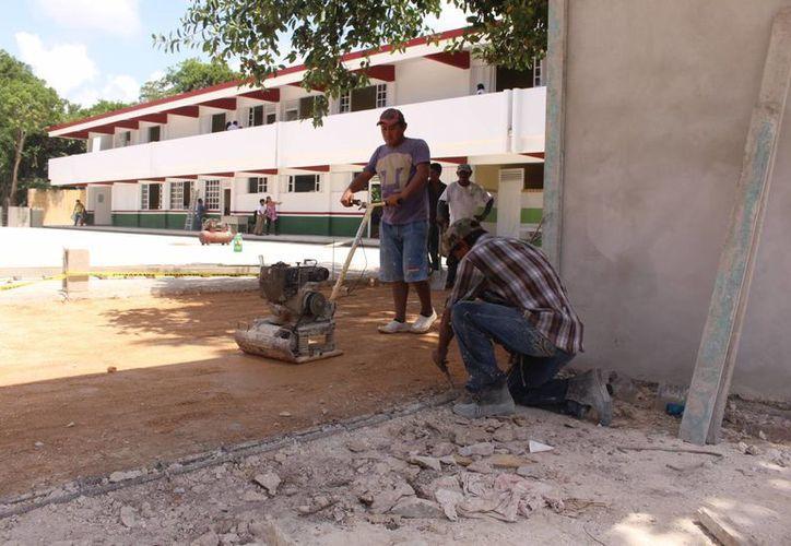 A la secundaria Koten Kambal le falta la barda perimetral, la fachada y entrada principal. (Luis Ballesteros/SIPSE)