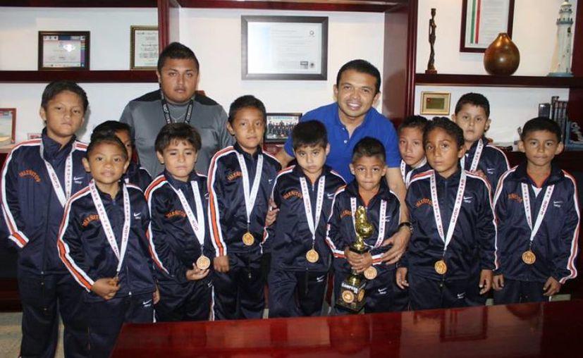 Los campeones acompañados por el alcalde en el Ayuntamiento. (Cortesía/SIPSE)
