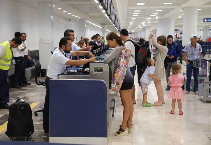 Inicia el arribo masivo de turistas en la terminal aérea. (Sergio Orozco/SIPSE)