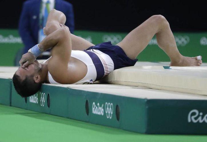 Al fracturarse, Ait Said protagonizó una impresionante imagen durante la ronda de clasificación en Río. (AP /Rebecca Blackwell)