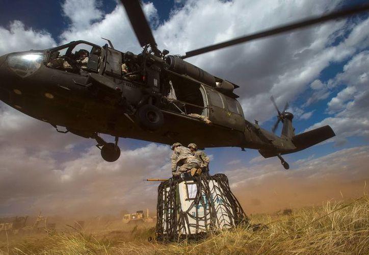 La empresa Lockheed Martin comprará a Sikorsky Aircraft, fabricante de los helicópteros militares Black Hawk, como el de la imagen. (AP)