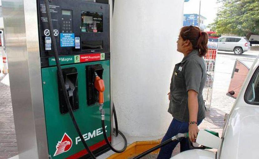 Para 2016, se establecieron precios máximos de 13.98, 14.81 y 14.63 pesos por litro para las gasolinas Magna y Premium. (Archivo/SIPSE)