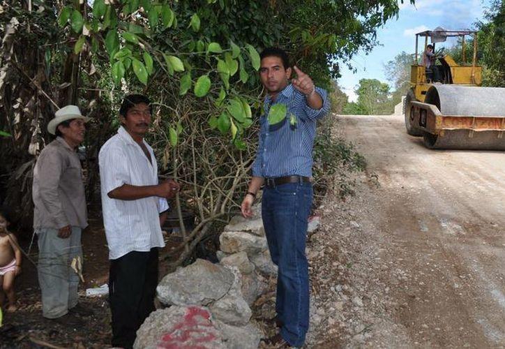 Javier Osante dialogó  con algunos vecinos beneficiados. (Cortesía)