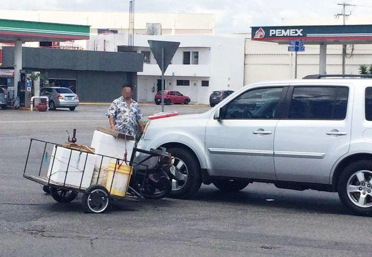 La motocicleta con un pequeño remolque quedó a un lado de la camioneta Patriot, luego del impacto. (Milenio Novedades)