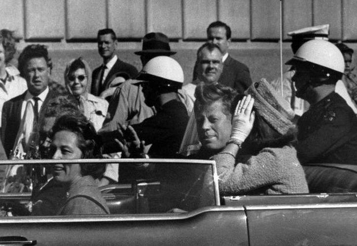 El presidente John F. Kennedy, minutos antes de ser asesinado el 22 de noviembre de 1963 en Dallas, Texas. (Foto: Etcétera)