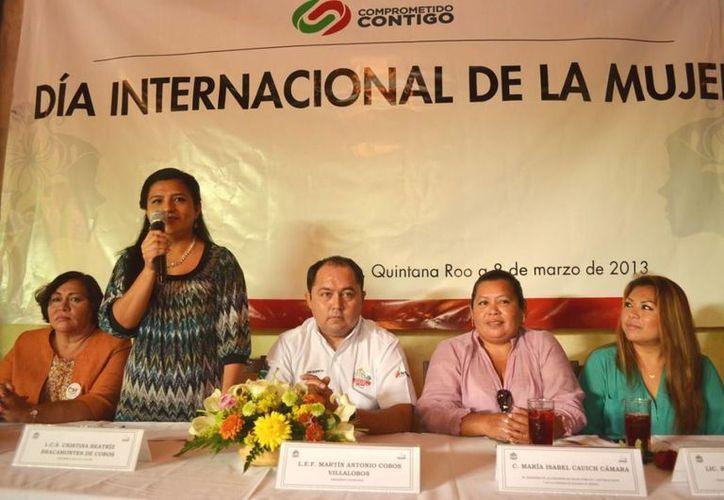 Las autoridades del Ayuntamiento durante el evento del día de la mujer. (Cortesía/SIPSE)
