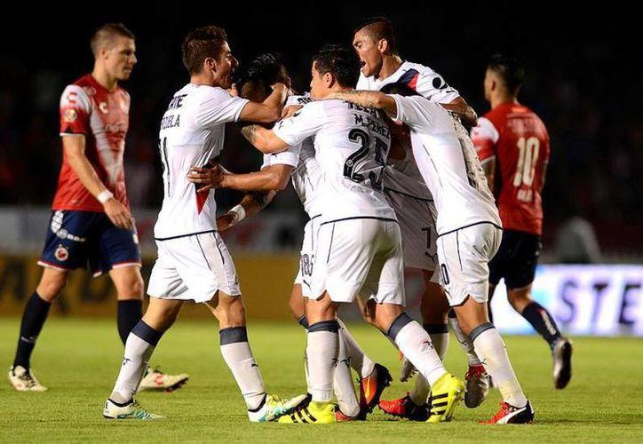 Chivas se ubica entre los mejores ocho de la Liga Mx, luego de sumar 17 unidades en las 10 jornadas del torneo. (Foto tomada de Facebook/Chivas)