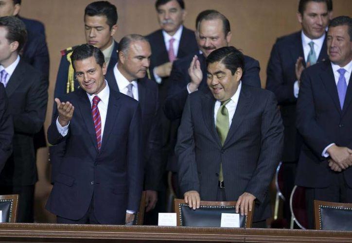 Imagen de Enrique Peña Nieto acompañado del presidente del Senado, Luis Miguel Barbosa Huerta durante la ceremonia conmemorativa por el 98 aniversario de la Promulgación de la Constitución de 1917. (presidencia.gob.mx)