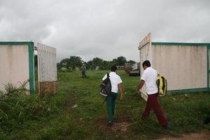Maestros mandan a soldar rejas de escuela para impedir clases