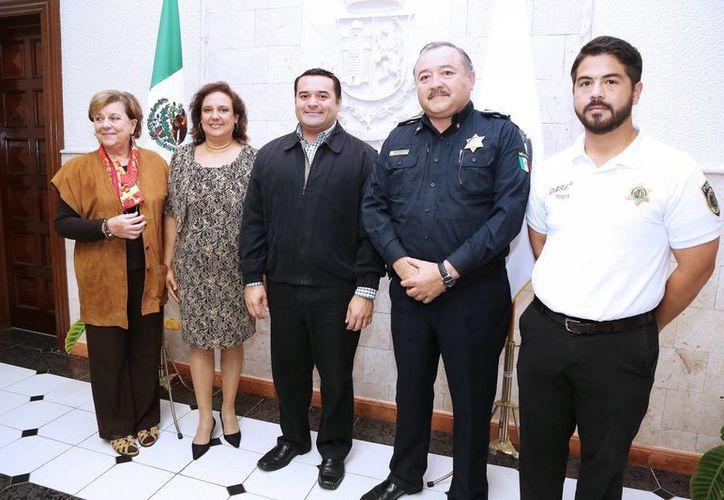 El alcalde Renán Barrera Concha, con el director de la PMM, Mario Arturo Romero Escalante, y otros invitados a la rueda de prensa. (Milenio Novedades)