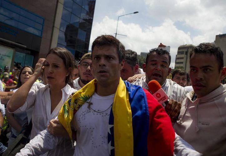 Leopoldo López se entregó a miembros de la Guardia Nacional el pasado 18 de febrero en una plaza en Caracas. (Archivo/EFE)