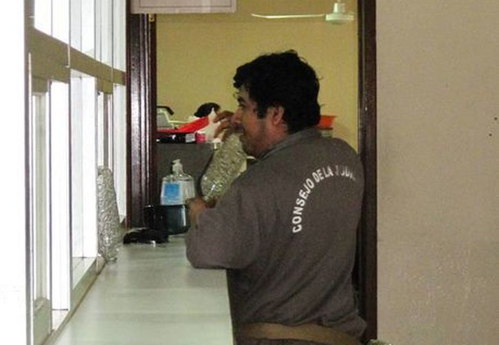 Instalación de dispensadores de gel antibacterial en juzgados penales de Yucatán. (Francisco Puerto/SIPSE)