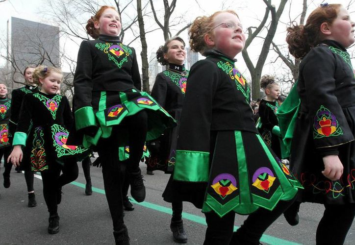 Casi un millón de personas marcharon por la Quinta Avenida, en la ciudad de Nueva York, vestidos de verde para homenajear el legado irlandés. (Agencias)