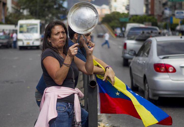 Cientos de personas salieron a protestar contra el gobierno del Gobierno de Venezuela y bloquearon una calle en el sector Los Ruices de Caracas, Venezuela. (EFE)