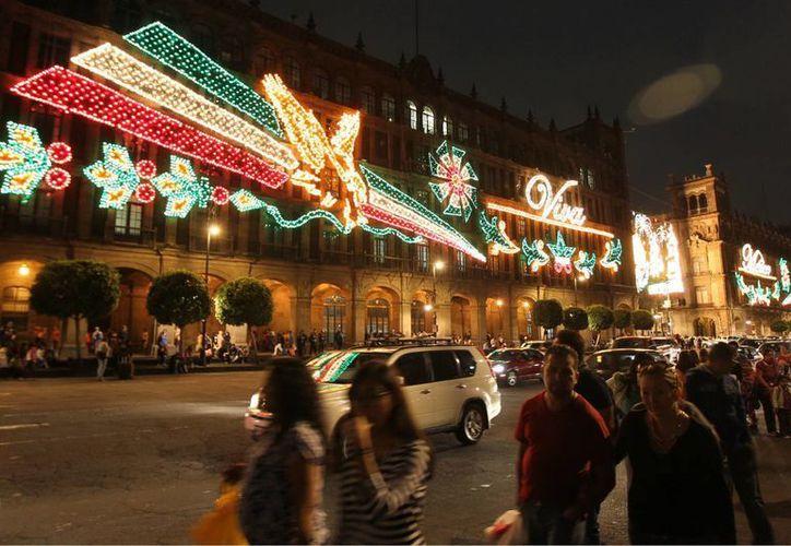 Adornos alusivos a las Fiestas Patrias en el Zócalo de la Ciudad de México. (Notimex/Foto de archivo)