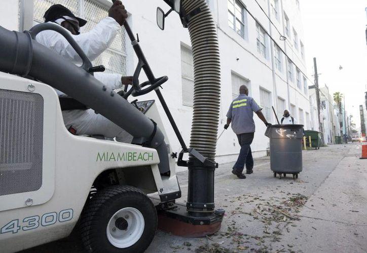Imagen de archivo de trabajadores municipiales limpiando las calles de Miami Beach, Florida, EU, una de las ciudades donde se liberarían mosquitos transgénicos para contener el zika. (EFE/Archivo)