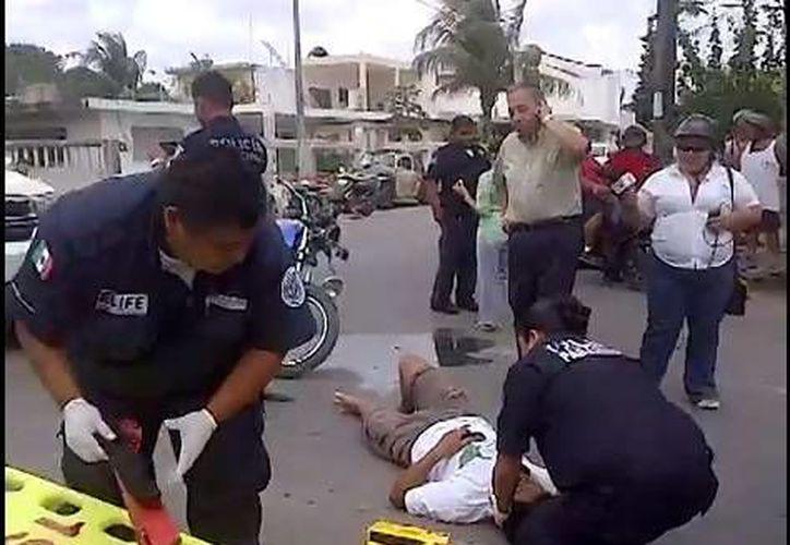 Un video público muestra al empresario hablando por teléfono, mientras exige la presencia de la Cruz Roja.  (Isla Cozumel/You Tube)