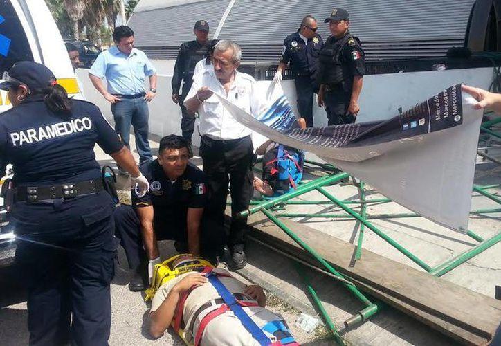 Uno de los trabajadores lesionados al caer del andamio recibe atención. (Jorge Sosa/SIPSE)