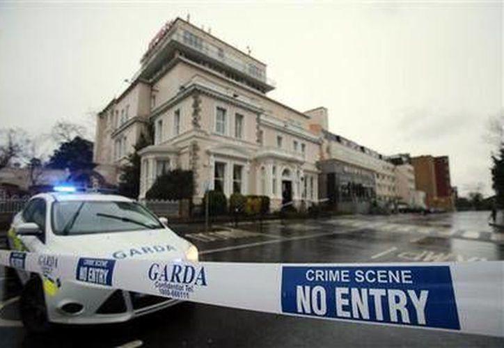 La entrada del hotel Regency en Dublín, Irlanda, se encuentra resguardada por elementos policiacos, después de un tiroteo durante el pesaje de una pelea de box. (AP)