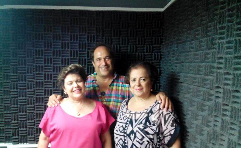 Alis García y Esperanza Nieto en compañía del terapeuta español Pepe León. (Milenio Novedades)