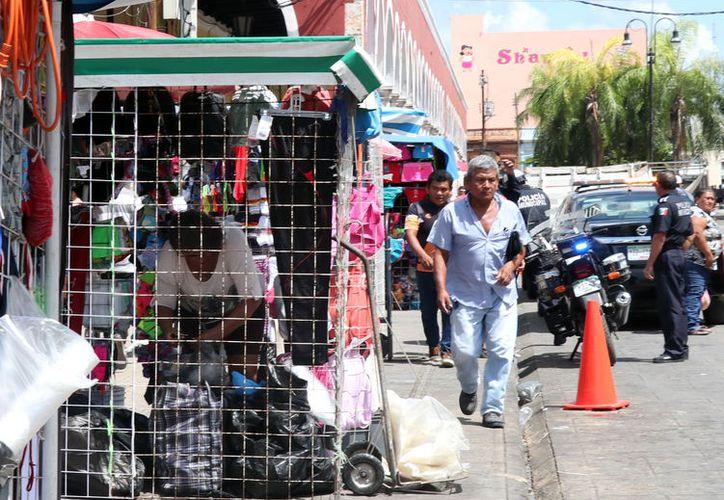 En muchos casos los vendedores ocupan gran parte de la acera, sin tener algún reglamento de espacio autorizado. (Foto: Milenio Novedades)