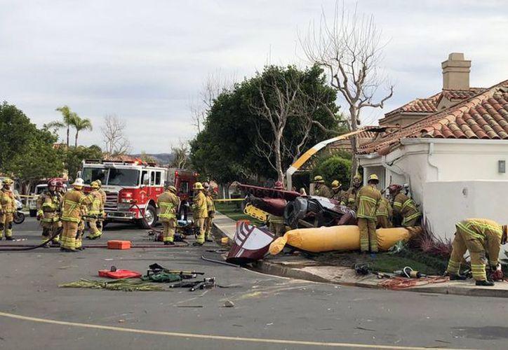 """Un helicóptero """"Robinson R44"""" se estrella contra una casa en Newport Beach, Los Ángeles, California. (Foto: AP)"""