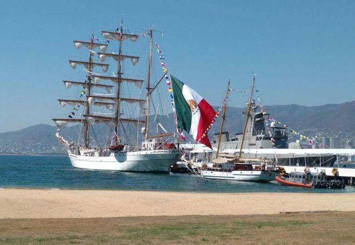 """Momento del zarpe del buque velero escuela """"Cuauhtémoc"""" de la base naval de la Armada, en Acapulco, Guerrero, el 6 de febrero de 2017, iniciando su Crucero de Instrucción 2017. (Fotos: Facebook SEMARMX)"""