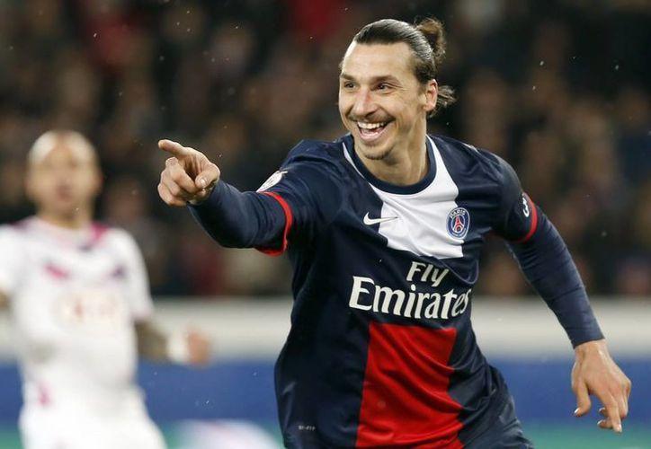 Ibrahimovic podría ganar su primera Champions League con el PSG. En la foto celebra un gol contra el Bordeaux durante un partido de la Liga Francesa en enero. (EFE/Archivo)