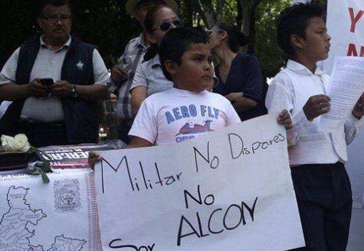 Un centenar de personas, entre ellas niños, marcharon el fin de semana para pedir paz en Puebla. (huffingtonpost.com.mx)