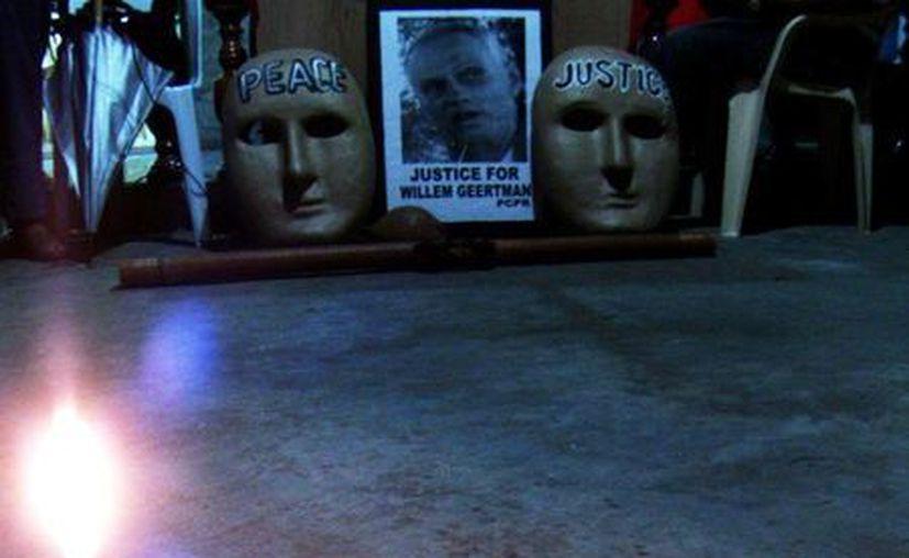 En esta foto del 6 de julio del 2012, muestran velas encendidas en el sitio donde el ambientalista holandés Wilhem Geertman fue asesinado en San Fernando, Filipinas. (Agencias)
