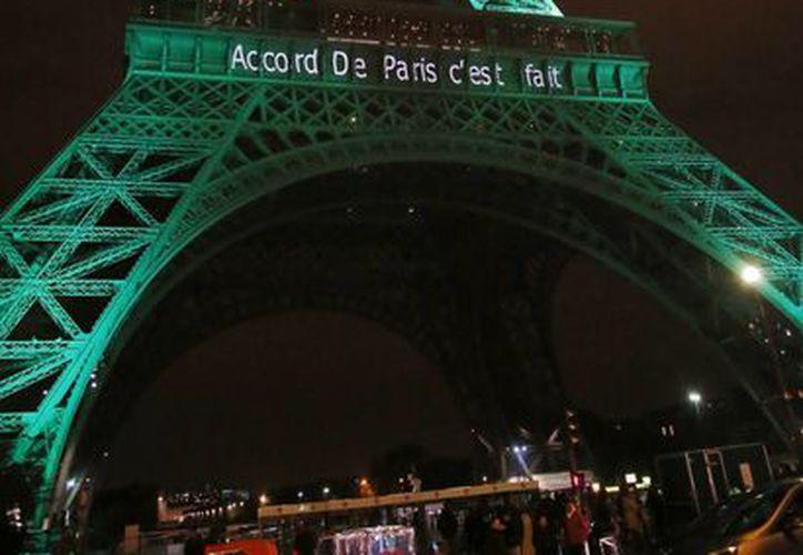 Además de la Torre Eiffel, el Arco del Triunfo y el Rio Sena también fueron 'pintados' de verde. (Foto: AP)