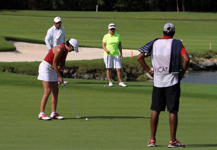 El equipo femenil de Yucatán Country Club se proclamó campeón al obtener un score total de 206 golpes. En la foto, las golfistas en acción durante la competencia final. (Milenio Novedades)