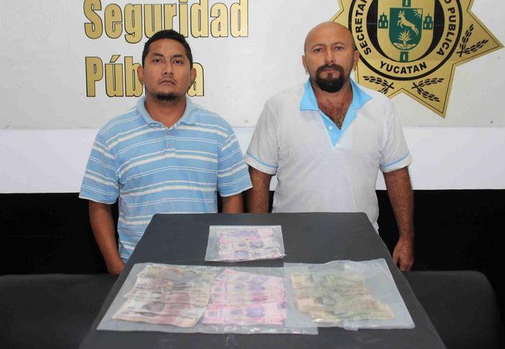 Los dos detenidos con billetes falsos en la colonia Sambulá. (SSP)