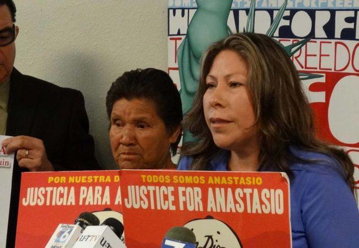 María Puga (der.), viuda de Anastasio Hernández, y la madre de éste, María de la Luz Rojas, en imagen de mayo de 2013, cuando clamaban por justicia. (Archivo/Notimex)