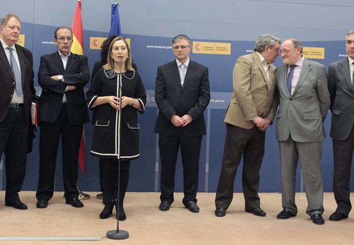 La ministra de Fomento, Ana Pastor, durante su intervención tras firmar hoy un acuerdo entre trabajadores y directivos de la aerolínea. (EFE)