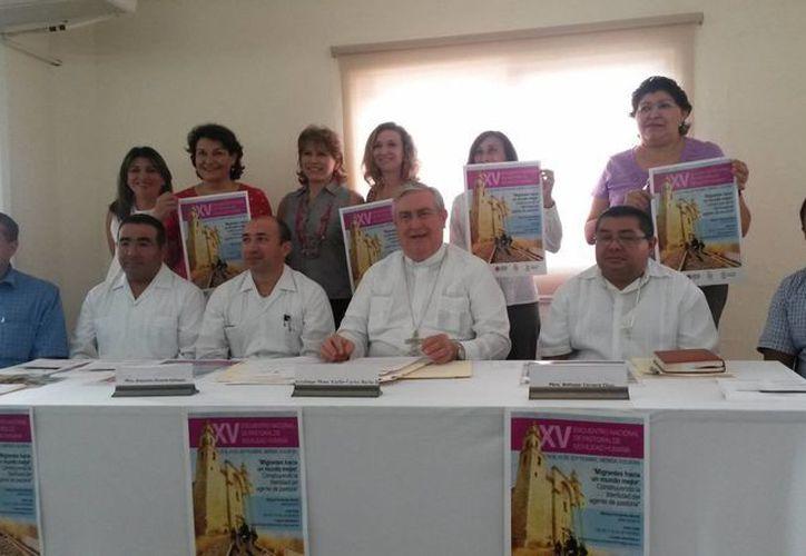 En la imagen los prelados organizadores acompañados del  Arzobispo de Yucatán, Emilio Carlos Berlie Belauzarán, durante la conferencia de prensa acerca del Encuentro Nacional de Pastoral de Movilidad Humana. (Milenio Novedades)