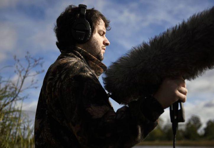 Juan Pablo Culasso sostiene un micrófono en una reserva natural a las afueras de Montevideo, Uruguay. (Agencias)
