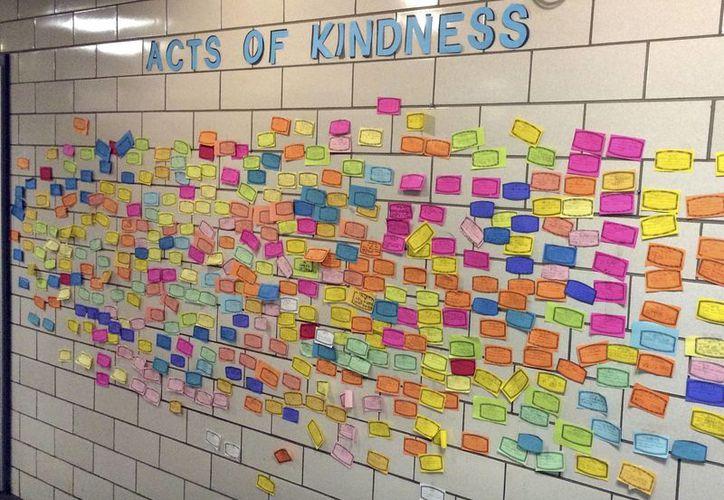 Hojas de papel que describen actos de bondad están colocadas en una pared en el pasillo de la Escuela Primaria Pleasant Valley en South Windsor, Connecticut. (Agencias)