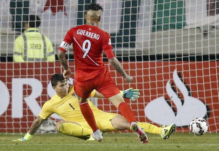 El peruano Paolo Guerrero al momento de anotar su tercer gol en partido de cuartos de final ante Bolivia, que cayó 3-1. (Foto: AP)