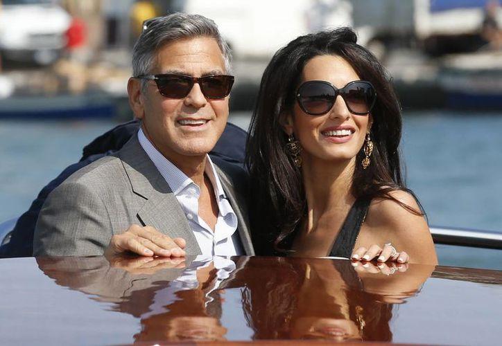 El actor y cineasta George Clooney con Amal Alamuddin a su llegada a Venecia, donde se casaron en septiembre. (Foto: AP)