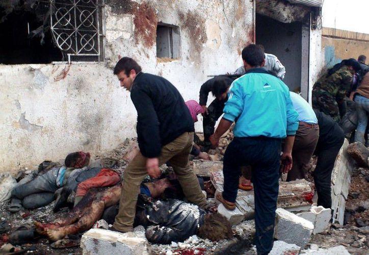Decenas de civiles murieron en una incursión de cazabombarderos oficiales en la localidad de Halfaya, en Hama. (Agencias)