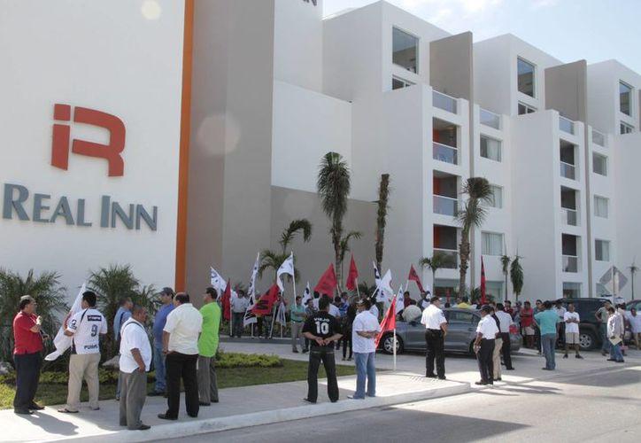 Los manifestantes cetemistas se retiraron de la entrada del hotel. (Tomás Álvarez/SIPSE)